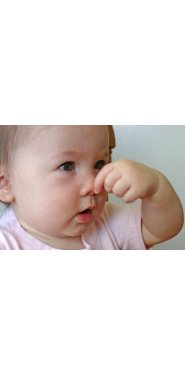 bebé tapándose la nariz