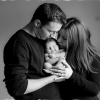 pareja besando bebé